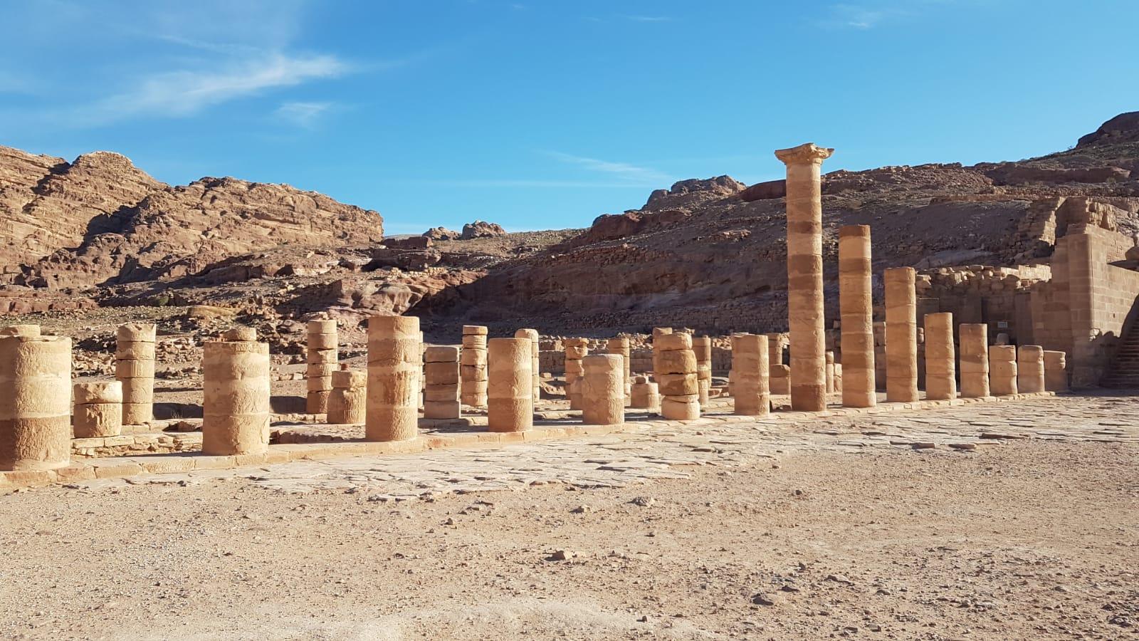 Velký chrám, který byl hodně zničen zemětřesením.